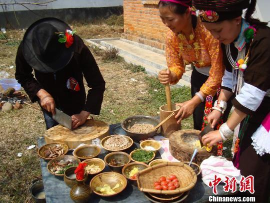 阿昌族民众正在制作过手米线。 杨洋 摄