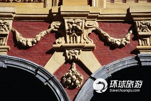 里尔古老的证券交易所的大门