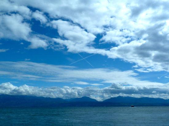 """日内瓦湖在莫尔日这一片辽阔如海,对岸是连绵的阿尔卑斯雪山。小镇景色很美,但可以称作""""景点""""的东西很少。"""
