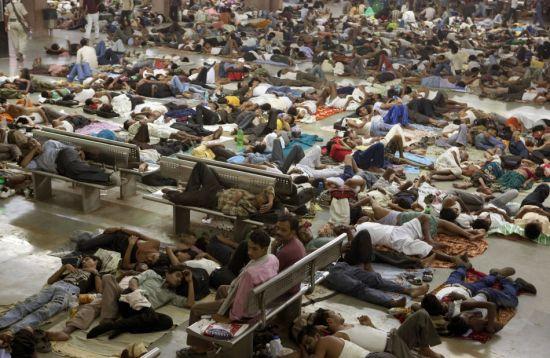 6月3日,印度阿拉哈巴德出现了约13万准备参加铁路系统招工考试的考生,许多人选择了露宿街头或火车站。(图片来源:路透)