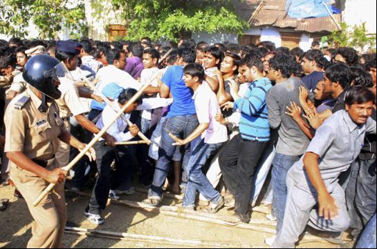 印度争相购买板球球赛门票的人群。(图片来源:路透社)