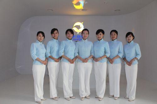 蓝色上装配白色长裤(图片来源:贸促会)
