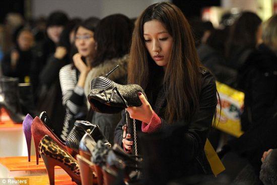 """作为""""北京镑""""的最好诠释,中国消费者贡献了伦敦圣诞奢侈品促销总额的三分之一(图片来源:路透社)"""