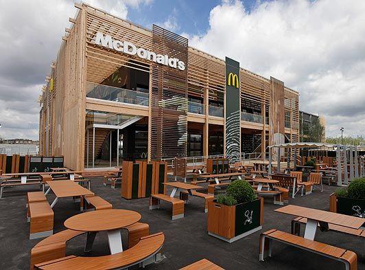 麦当劳全球最大的餐厅,开在了伦敦奥林匹克运动园中间。一家快餐厅作为奥运会全球顶级赞助商,诸多专家一直抱有异议,在伦敦奥运会时也不例外。