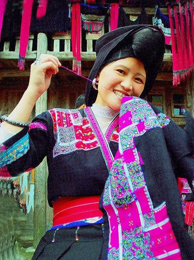 """桂北地区龙胜各族自治县的""""红瑶"""",是瑶族中的另一个支系,因穿红色服装而得名,主要居住在龙胜县的泅水、和平乡一带的山区里,也被誉为""""桃花林中的民族""""。"""