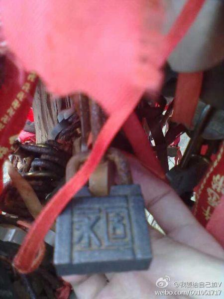 北京石�^86:同心锁!在庐山的险峰上,传说两个人把名字刻在锁上挂在上面,能永结同心。可惜你不在了。