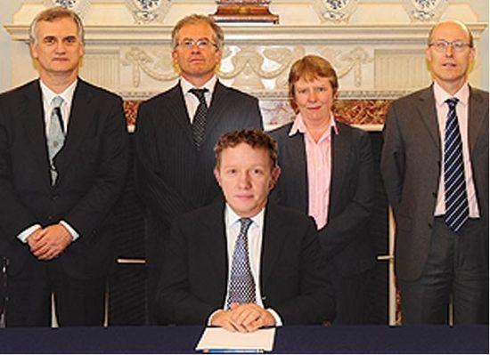 《太阳报(The Sun)》PS了一张该报商业主编Steve Hawkes掌门英国央行英格兰银行之后的照片。(图片来源:The Sun)