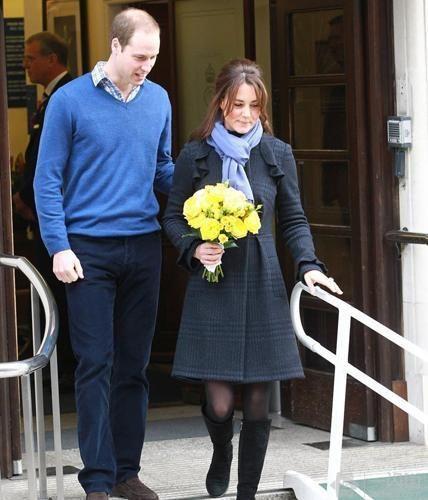 当地时间12月6日,凯特王妃与威廉王子离开医院。凯特王妃宣布怀孕后首度亮相,据悉近日凯特一直因为妊娠期间的呕吐不适,而在医院接受治疗,不过王妃手拿黄色花束,身穿蓝裙显得精神很好,完全看不出来有任何病态。