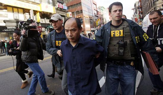 美国联邦调查局(FBI)当地时间周二封锁曼哈顿华埠东百老汇街,逮捕26名涉嫌参与以庇护名义进行移民欺诈人士。(图片来源:纽约时报)