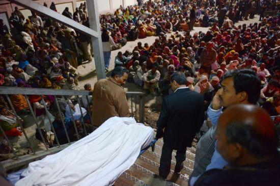 2月10日大壶节最高峰的那一天,阿哈拉巴德的火车站出现了踩踏事件,造成了37人死亡和几十人受伤。(图片来源:华盛顿邮报)