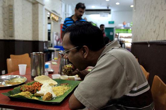 我的印度朋友认为,用手吃饭才是最健康的吃饭方式,可以充分运动五指,有益于大脑的聪明。而大部分中国人估计看到后就会撒腿就跑!
