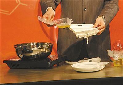 实验3 遇到热油被溶解   实验结果:一些消费者直接用发泡餐盒来
