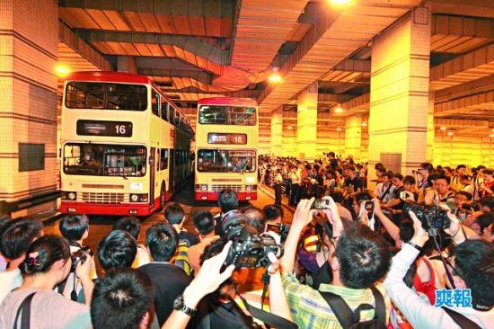 """香港有不少巴士迷,去年5月无空调巴士""""热狗""""退役的当天有几百名巴士迷到场欢送。"""