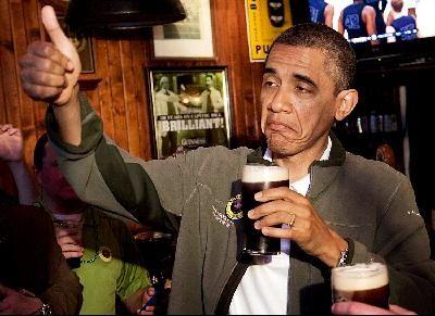 2012年3月,奥巴马在华盛顿畅饮啤酒,举起大拇指夸赞好酒。