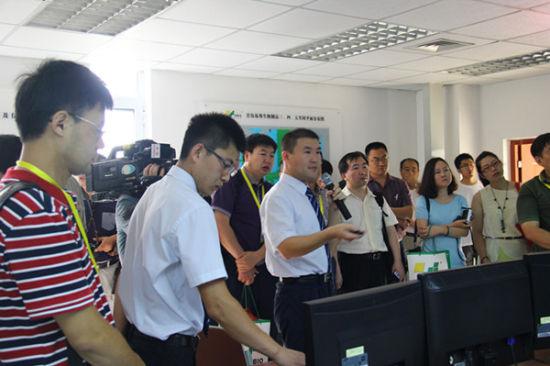 媒体参观青岛易邦生物工程有限公司中控室