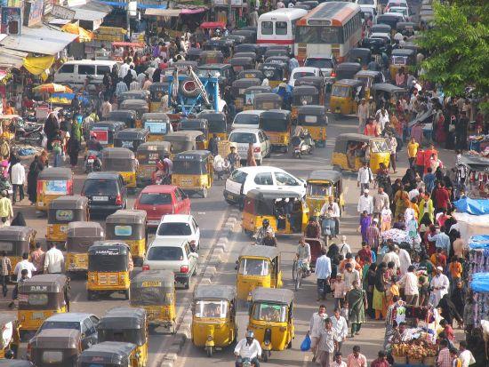 可怜的英国人,他们没有教给印度人黄灯的真正意义。对于世界其他地方,黄灯意味着减速,对于印度人,黄灯却意味着加快速度前进,这随时可能把行人撞死。