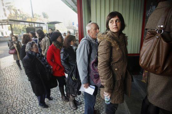 """去年,1/5的葡萄牙人每月生活费不足478美元(葡萄牙的法定最低月收入为644美元)。当中产阶级梦想成为""""中高产""""时,社会现实把他们拉到了""""中低产""""的行列。"""