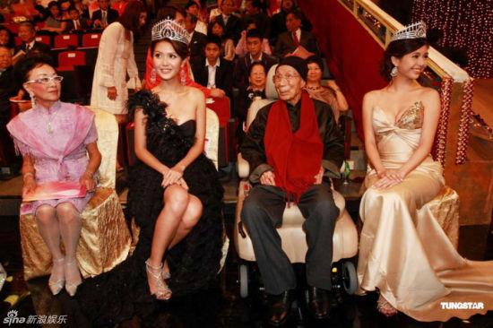 晚年邵逸夫在公众场合的露面方式令每个人都印象深刻——身边永远环抱着一圈港姐、艺员等妙龄美女,而这据说也是他延年益寿的秘诀。