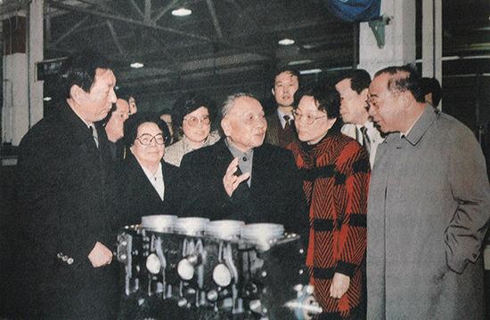 1991 年 2 月 6 日,朱�F基陪同邓小平在上海考察。前排左二为邓小平夫人卓琳,前排右二为邓小平女儿邓榕。