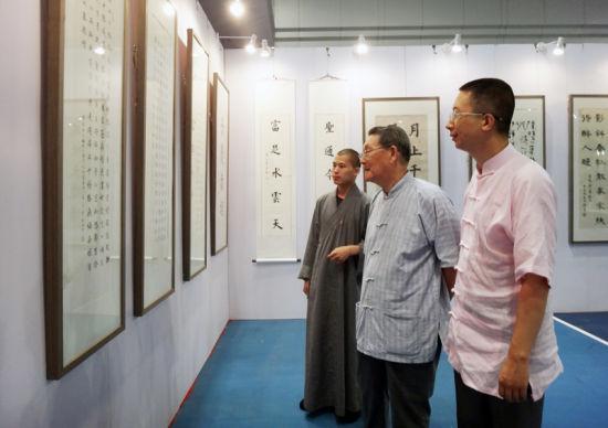 著名学者楼宇烈参观书画展(左起:左一:明月法师-左二:楼宇烈-左三:李之柔