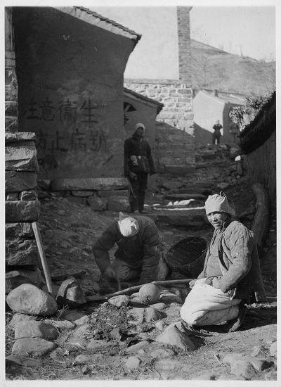 晋察冀边区民兵在村口埋地雷,1943年 林迈可作品