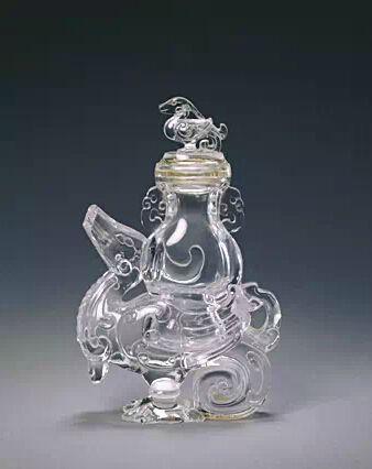 水晶天鸡尊 通高14.2cm,口径2.3-3.6cm,尊以无色透明水晶圆雕而成。