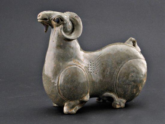 图2--1986年安徽省宣城市出土的青瓷羊(宣城市博物馆藏,完整的一件)