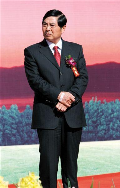 2008年12月27日,昆明,时任昆明市委书记的仇和参加一次活动典礼,手上贴着打吊针用的医用胶布。图/CFP