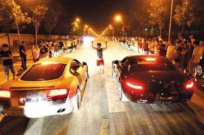 2013年8月24日晚,北京郊野,赛车喜好者在飙车。材料图像/记者浦峰摄