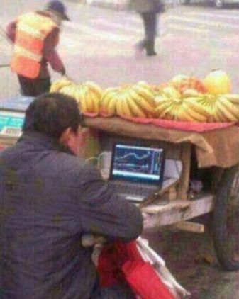 香蕉哥边卖香蕉边看股市行情