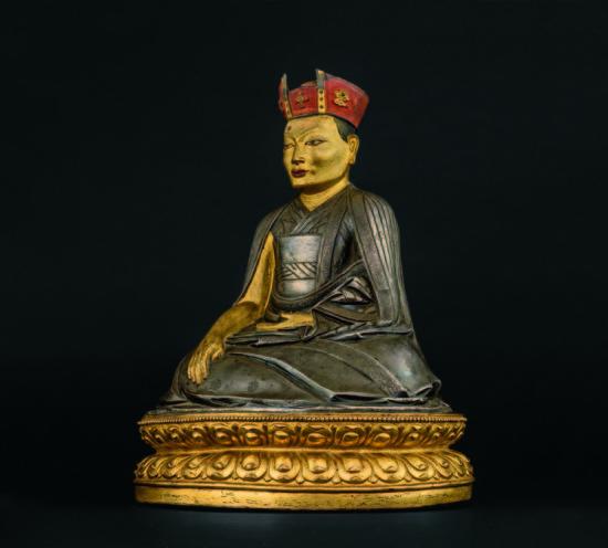 西藏16-17世纪 银质红帽五世夏玛巴像(银胎部分泥金)