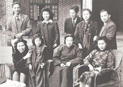 1941年摄于重庆沙坪坝,前排右起为廖静文、徐悲鸿。