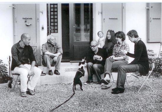 仇大雄先生与家人在瑞士日内瓦尼翁私邸前团聚