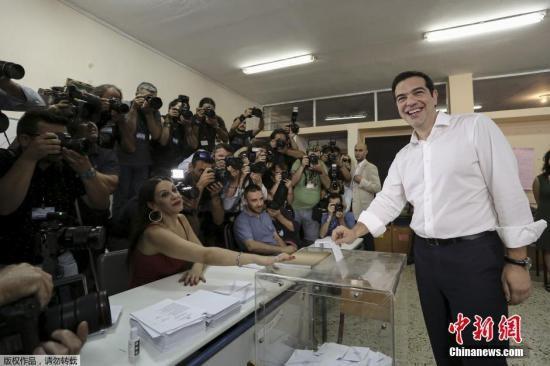 当地时间7月5日,希腊雅典,希腊总理齐普拉斯前往投票站投票。希腊当日早7时(北京时间中午12时)开始就该国债务问题举行全民公投,民众将投票决定是否接受国际债权人的新一轮救助提议。