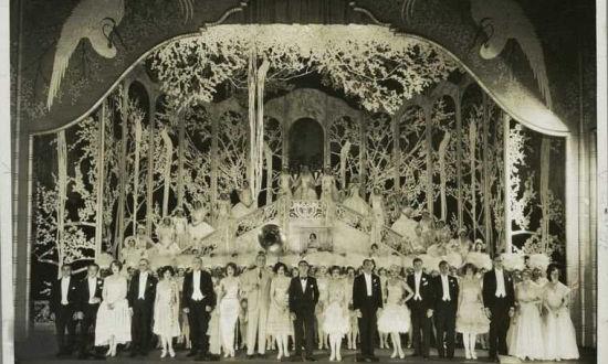 李佛摩尔的风流债。图为当年红极一时的齐格菲歌舞剧团,李佛摩尔的第二任妻子多萝西为剧团演员。婚后,李佛摩尔与剧团的多位女演员有染。