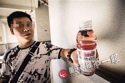 陈先生手中的饮料里,有明显的黑色块状物