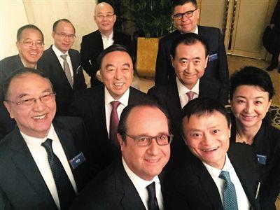 11月3日,法國總統奧朗德出席中國企業傢俱樂部主辦的早餐會。這是早餐會前,奧朗德與柳傳志、馬雲、王健林等中國企業傢的自拍合影。 圖/新華社
