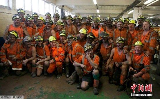 结束最后一天的工作后,煤矿工人们在厂房里合影留念。始于300年前工业革命的英国煤炭工业至此退出历史舞台。