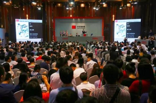 中国嘉德2015春拍 潘天寿《鹰石山花图》拍卖现场