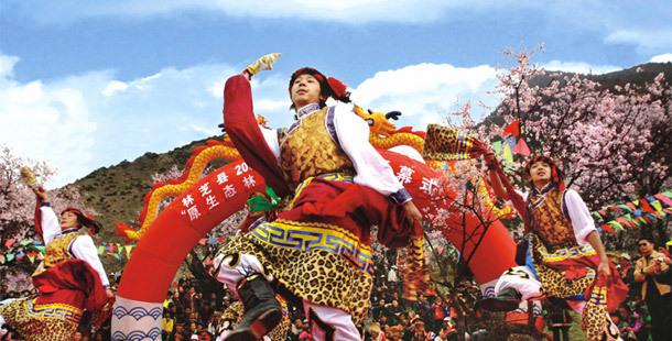 林芝桃花节,西藏小伙儿的载歌载舞开场