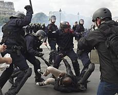 法国总罢工巴黎成战场 欧洲杯咋办