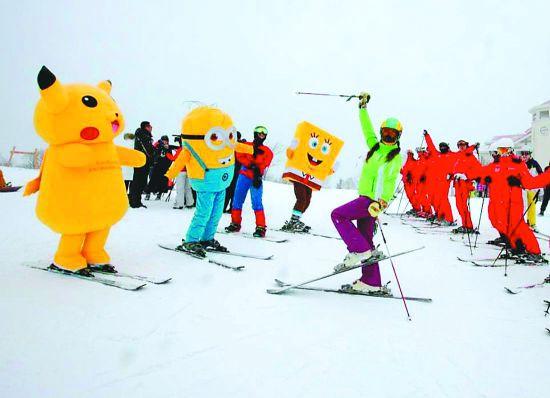 亚布力滑雪旅游度假区高山雪场迎客开滑,小黄人、海绵宝宝等齐来捧场。 张新本报记者王志强摄