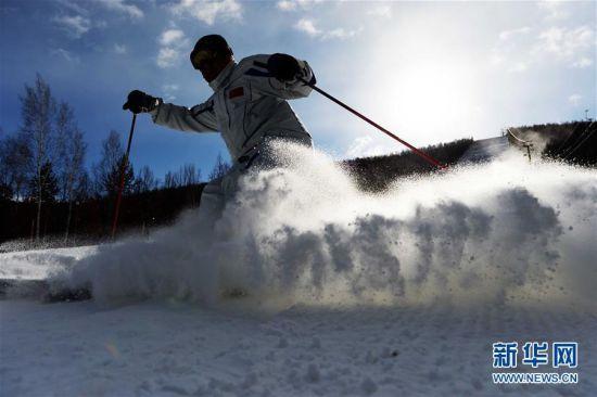 """滑雪爱好者在大兴安岭加格达奇映山红滑雪场体验首滑(10月30日摄)。又是一年冰雪季,广袤的黑龙江大地上各种形式的冰雪活动先后拉开序幕。曾被不少当地人""""抱怨""""的寒冰冻雪正变成炙手可热的旅游资源。新华社记者王凯摄"""