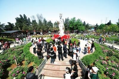 洛阳市推出的节会惠民措施深得人心。图为王城公园一