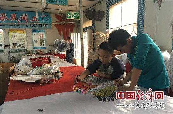 小学生现场体验风筝上色乐趣 中国经济网记者魏金金/摄