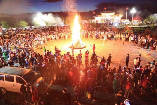 火山圣水节民俗活动现场