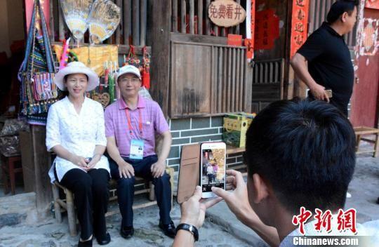 图为海外华文媒体代表感受土楼文化。 张金川 摄
