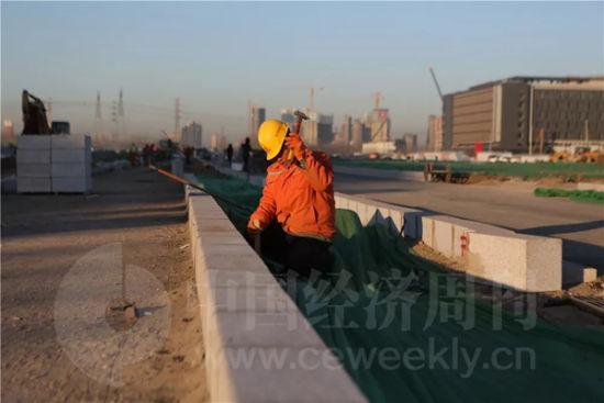 正在施工的工人师傅告诉记者,今年以来,工地上24小时施工就没有停止过。