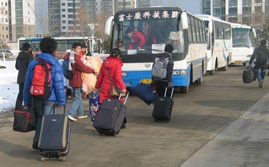 烟台大学学生踏上赴富士康工厂实习的大巴。(资料图片 新华社发)