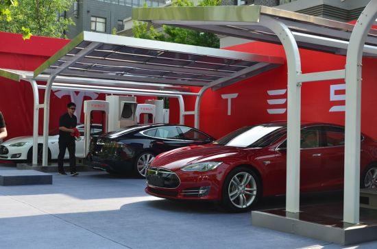 特斯拉选择了薄膜柔性光伏系统作为其中国电动车光伏充电站首选的系统解决方案(图片来源:新浪财经)